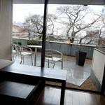 ル・ゼフィール - 窓から桜並木がすぐそこに見えます