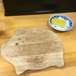 鍋焼きラーメン千秋 - 鍋敷きとたくあん