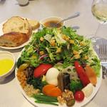 エピドール - 季節のサラダの盛り合わせ+パン1,250円。すんごいボリューム(笑)。