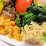 エピドール - 沢山の種類の野菜・クリームチーズ・スモークサーモン・ゆで玉子・ポテサラ・ナッツが盛り付けてあります。 豆のサラダやキヌアもあります。