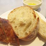 エピドール - パンの盛り合わせです。 バゲット・カンパーニュ・ハード食パンの中から選びますが、3種盛りも可能だそうです。