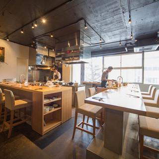 シェフやサービススタッフの動きが見渡せるオープンキッチン。