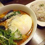 美々庵 - 料理写真: ロコモコ風ハンバーグカレー1080円+ココナッツスープ50円
