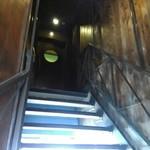 オレンジ・ピープル 海賊の宝物 - 実際は結構暗い階段、営業してるのか?