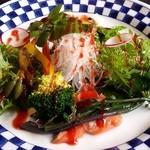 石釜いおり - 「鯛と桜鱒のサラダ」です。梅肉醤油で頂きます。