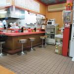 一楽ラーメン - お店はカウンターとテーブル席というラーメン店のオーソドックスな形態です。