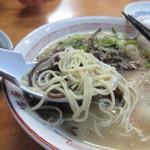 一楽ラーメン - 麺は細麺、スープは癖のないさっぱりとしたトンコツスープって感じ。