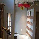 割烹 吉膳 - 左手の階段で2階個室へ