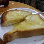 カフェ・ド・ボア - モーニングトーストセット880円のよつ葉バタートーストとカナダ産メイプルシロップ