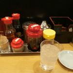 名代ラーメン亭 - カウンターの調味料