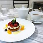 リール ギンザ - 伊予柑と赤い果実のタルト、花妖精