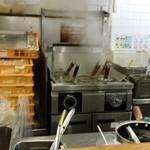 49018472 - カウンターのみの店内には、店員さん3人が接客にあたっていた。