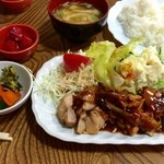 大使館 - チキンソテー定食(700円)
