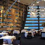 レストラン タテル ヨシノ 銀座 - 内観写真:天井7メートル 壮大な空間を演出