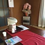 むらまつ - 待合室。注文したあと揚がるまで待合室で待機。セルフサービスのお茶があります。