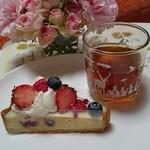 ジュリエットラブケーキ - 料理写真:ホワイトチョコレートとベリーのタルト