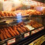 肉の大山 - 店頭の揚げ物コーナー