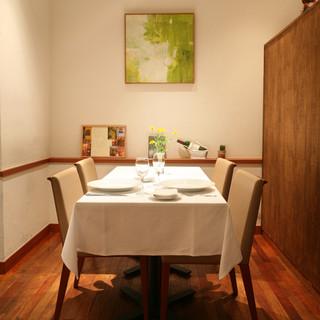 半個室のお席もございます。記念日やお誕生日など特別な日のお食事にも最適です。