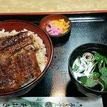 あおき - 料理写真:鰻丼(中)1,850円(税込) 少し大ぶりの丼にご飯は大盛り位、鰻は3切れながら大きいのでこれで十分すぎるくらい。