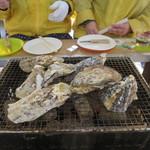 牡蠣小屋 住吉丸 - 牡蠣の口開き待ち