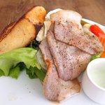49036523 - ランチセット 1000円 の富士黒豚の自家製ベーコンとブリーチーズのフレンチトーストサンド