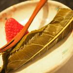花邑 - 桜餅。塩漬けの桜の葉3枚で巻いている。中は白餡、小豆餡。美味。