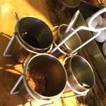 49038081 - カレー用調味料は4種類。砂糖、唐辛子、タイのお酢、ナンプラーです。