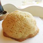 ブルージャム - リッチメロンパン。                             皮も美味しいですが、シルキー&ミルキーなパン生地も美味しいです。