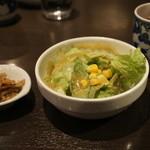 ロン ファン - 定食のサラダ、小鉢(メンマ)、鉄観音茶