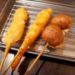 串かつ 前田製作所 - 串揚げ5本盛(¥650)、牛肉・海老・つくね。2~3本ずつ、タイミングを見て揚げたてが運ばれてくる