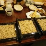 和楽庵 - 広い卓が、いっぱいに