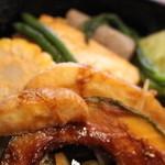 小さな森の喫茶店 レストラン ワイルドダック - 付け合わせには、玉ねぎ、なんきん、ポテト、コーン、インゲン豆、チンゲン菜などの野菜たち。    おまけに、焼き豆腐にこんにゃくまで