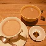 エスラスカフェ - カフェオレとチャイ、クッキー付きです