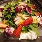 49049991 - 苺とチコリ・トレヴィスのサラダ