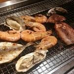 49054376 - 牡蠣・アジ・イカ焼き放題♪海老もセットでついてきます!