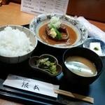 季節料理 根本 - 名物根本の「さばみそ煮 (900円)」 ご飯、お味噌汁、冷奴、お新香が付いてきます。