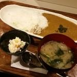 おかん - 「丸ごと鰰(ハタハタ)のカレーライス (800円)」、ギバサ、小鉢、いぶりがっこ付