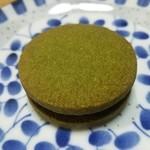 空いろ - 「つき」抹茶クッキーサンド(黒)写真よりもきれいな色です。抹茶クッキーの良い香りがします。2016.3