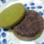 空いろ - 「つき」抹茶クッキーサンド(黒)固く乾燥気味の粒あん。2016.3