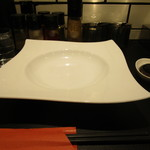 横浜らーめん 源泉 - カウンターに洒落た皿が