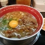徳島ラーメン 麺王 - 肉入りラーメン(生卵サービス)