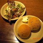 4907745 - 食べ放題のパンとサラダ