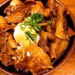 豚々亭 - 香ばしいタレと豚肉が食欲をそそります。