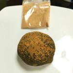 萬御菓子誂處 樫舎 - よもぎ餅。追加して振りかけることのできる黄な粉が付いています。