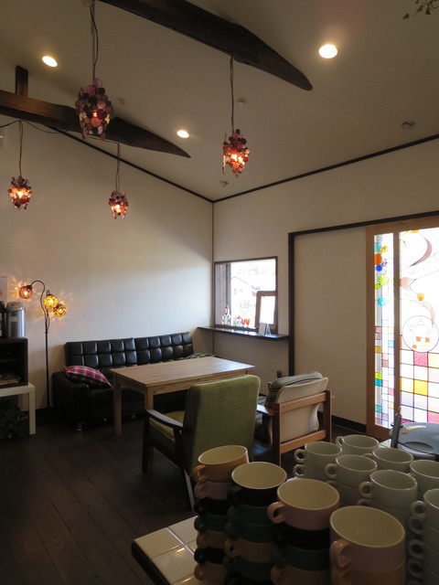 カフェ カラフル - 入口そばのソファー席