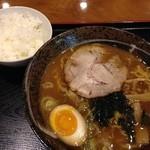 やよい乃湯 お食事処 - 料理写真:濃厚魚介醤油ラーメン690円とサービスの小ライス