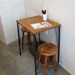 ころは - 隅っこに、2人掛けテーブル席が1卓あります
