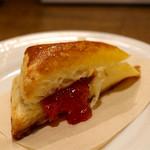 ワインとビストロ ミナミ酒場 - お通しのレバーペーストのパイ