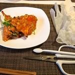 施家菜 - マングローブ蟹 シンガポール風チリソース炒め(手袋をはめて食べる)