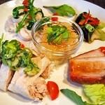 施家菜 - 前菜盛り合わせ(焼豚、蒸し鶏、イタヤ貝と菜の花の和え物、ピータン、クラゲ)